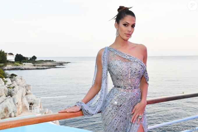 Iris Mittenaere tới dự sự kiện ở Cannes hôm thứ tư. Hoa hậu Pháp kiêm Hoa hậu Hoàn vũ 2016 diện đầm ren tôn vóc dáng gợi cảm.