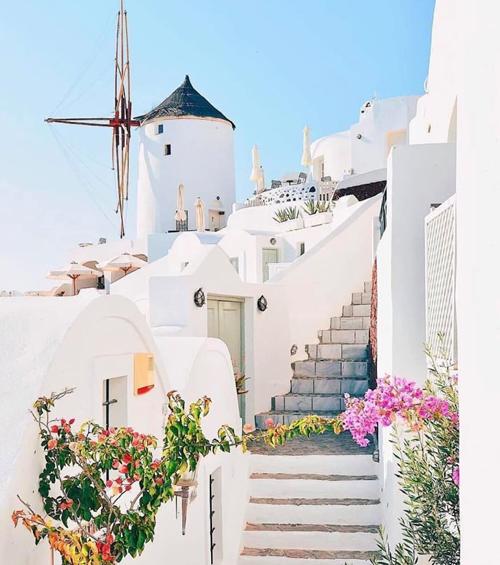 Tuy nhiên, giá phòng khá cao so với những nơi khác trong cùng chuyến đi. Đôi uyên ương chỉ lưu lại Santorini 2 ngày nhưng rất thích vẻ lãng mạn, nhẹ nhàng như thơ của hòn đảo này.