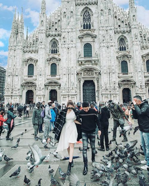 Cũng trong những ngày lưu lại Italy, Lê Hà và Trần Hiếu tới thăm Duomo di Milano - 1 trong 4 nhà thờ lớn nhất thế giới. Công trình nàymất hơn 500 năm để hoàn thành. Vẻ đẹp của nó khiến cả hai phải thốt lên rằng kiến trúc thật kinh khủng, không thể tưởng tượng nổi.