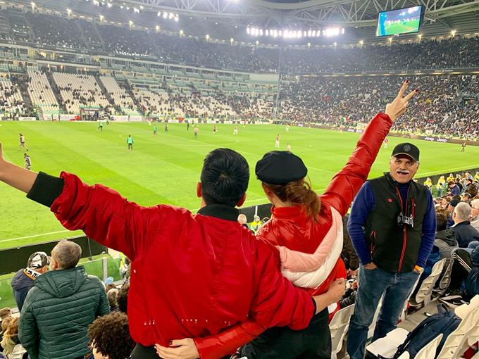 Là fan cứng của Ronaldo, ông xã Lê Hà không bỏ qua cơ hội được tới tận sân nhà của CLB Juventus để xem thần tượng thi đấu. Chưa bao giờ mình được gần thần tượng đến thế. Một đêm mất ngủ. Lần đầu tiên được sống trọn vẹn cảm xúc bóng đá đến như vậy, không biết mình đã nổi da gà bao nhiêu lần khi chứng kiến bầu không khí quá cuồng nhiệt của CĐV và cách làm bóng đá đỉnh cao của họ. Mình rất may mắn khi được chứng kiến tất cả những tràng pháo tay, những giọt nước mắt khi họ lần lượt chia tay các tượng đài của đội bóng như HLV Max Allegri hay Andrea Barzagli, những tiếng động viên cổ vũ đội nhà hay những tiếng huýt sáo gay gắt dành cho đội bạn. Nhưng không điều gì tuyệt vời hơn khi thần tượng CR7 được trao giải Cầu thủ xuất sắc nhất Italyvà nhận cúp vô địch ngay trên sân nhà, Trần Hiếu chia sẻ.