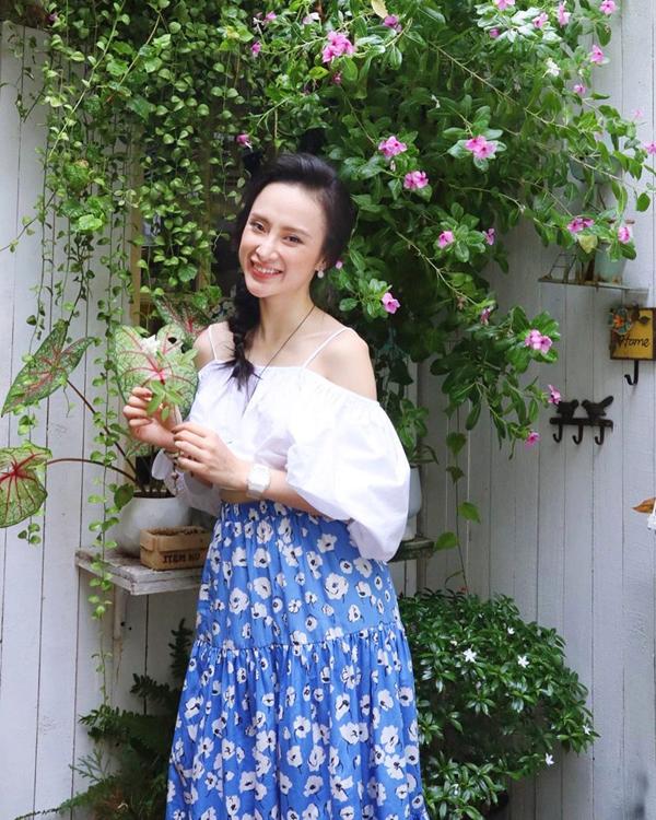 Angela Phương Trinh chọn váy hoa sặc sỡ để phối cùng áo trễ vai - một trong những mẫu áo luôn được phái đẹp yêu thích trong mùa hè.