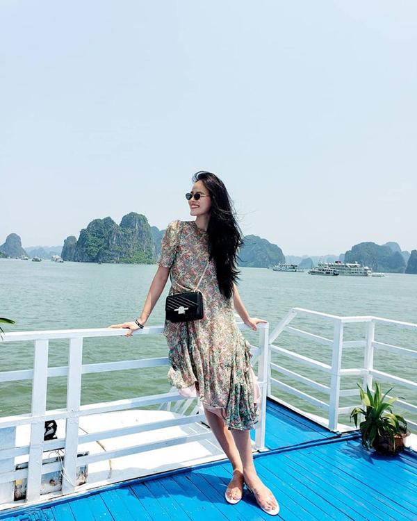 Đối với các nàng yêu trang phục in hoa thì mẫu váy của Tuyết Lan là lựa chọn lý tưởng khi lên đồ đi dạo, duy lịch biển, hay đi cà phê cùng bạn bè.