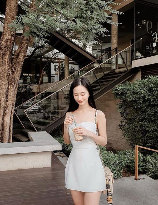Chọn kiểu váy đơn giản để xuống phố mùa hè, nhưng chính chi tiết nhẹ nhàng của kiểu váy hai dây lại giúp Jun Vũ gợi cảm hơn.