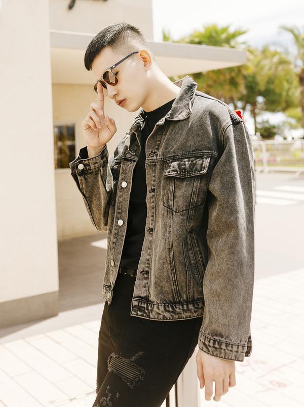 Võ Cảnh cho biết anh thích mặc trang phục gam trầm, đặc biệt là màu đen hoặc xám.
