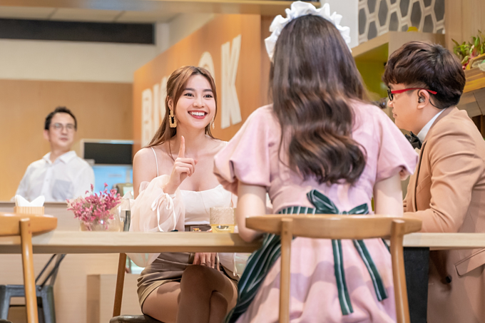 Lan Ngọc hào hứng đối đáp trước những màn hỏi xoáy của Đại Nghĩa - Hari Won, mang đến nhiều giây phút giải trí cho chương trình.