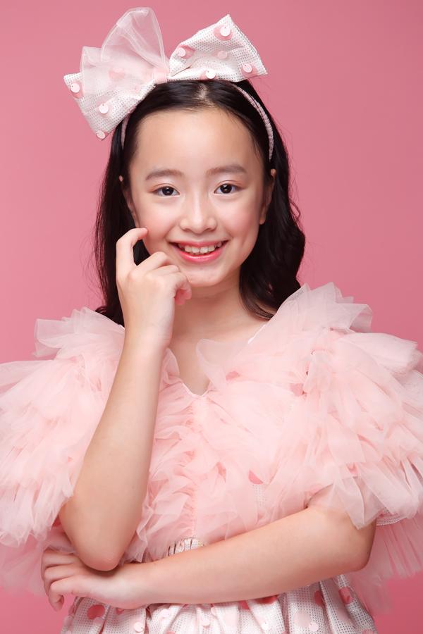 Huỳnh Phương Anh 11 tuổi hiện nay là một gương mặt sáng giá của nhóm mẫu nhí Pinkids do đạo diễn thời trang Nguyễn Hưng Phúc đạo tạo và giảng dạy.