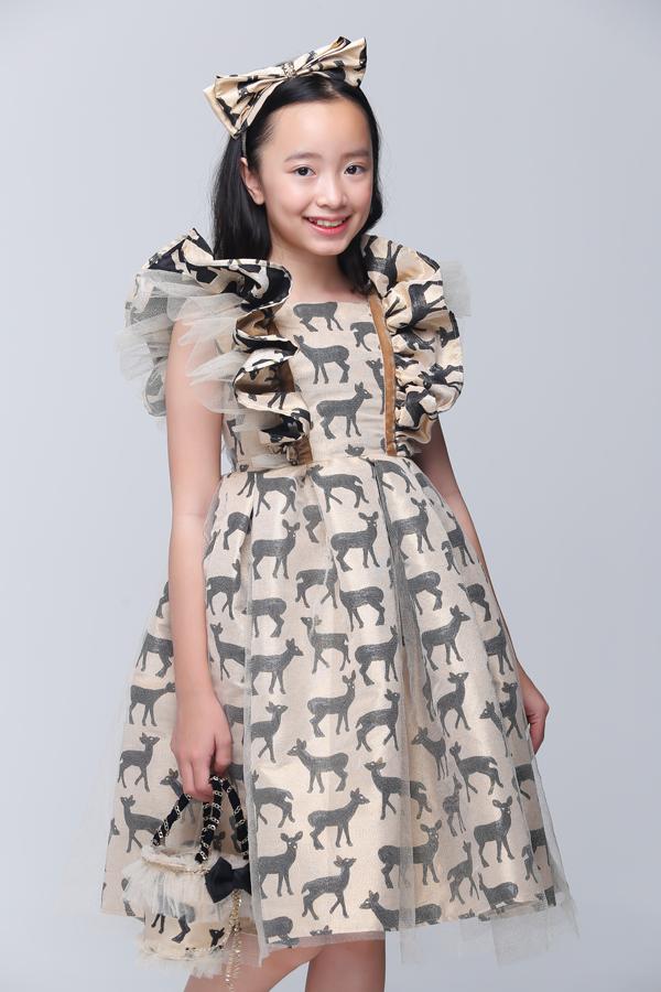 Phụ kiện túi xách, kẹp tóc, nơ cài đầu cũng được thiết kế ton-sur-ton để các bé trở nên cuốn hút hơn khi tham gia sự kiện.