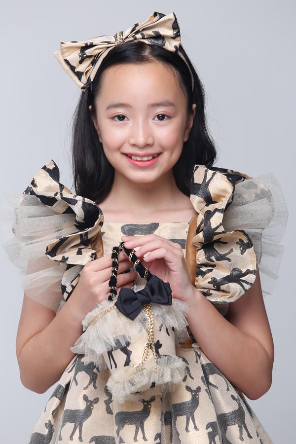 Bộ ảnh được thực hiện với sự hỗ trợ của nhiếp ảnh Hoàng Miên, stylistPhương Phương, trang điểmHuy Nguyễn, làm tóc Mania, hướng dẫn tạo dángHạnh Nguyên, trang phụcThanh Huỳnh.
