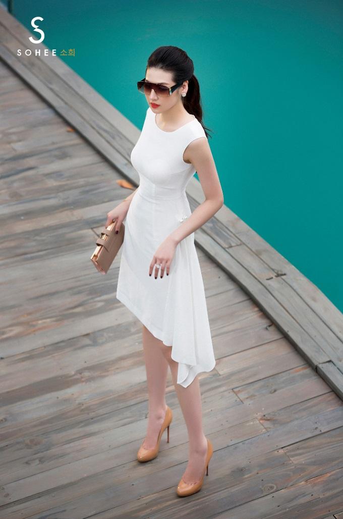 Thiết kế váy lệch tà màu trắngtôn vòng mộtgợi cảm, vòngeo nhỏ nhắn vàgiúp vòng hông của người mặc trở nên đầy đặn hơn. Chỉ cần mix cùng giày cao gót cùng clucth màu nude, bạn đã có thể tận dụng mặc đi tiệc theo phong cách thanh lịch.