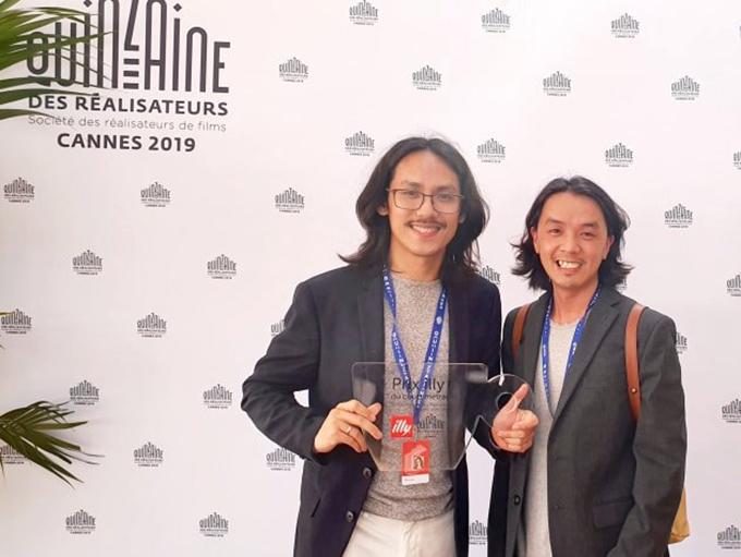 Đạo diễn Phạm Thiên Ân (trái) nhận giải thưởng illy cho Phim ngắn xuất sắc trong Tuần lễ đạo diễn.