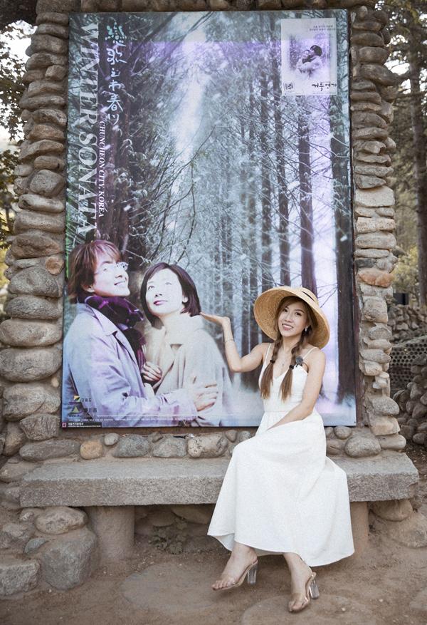 Trang Pháp chụp ảnh kỷ niệm với poster in hìnhhai diễn viên nổi tiếng Bae Yong Joonvà Choi Ji Woo.