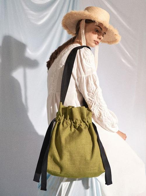 Túi vải cũng đa dạng không thua kém các mẫu túi đan lát thủ công. Các nhà mốt mang tới nhiều mẫu mã để phái đẹp thoả sức mix-match.