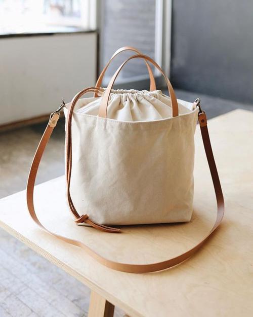 Phong trà o hạn chế túi linon, túi nhựa... đã giúp các sản phẩm gần gũi với thiên nhiên như mây, tre, cói đươc ưa chuộng nhiều hơn. Bên cạnh các mẫu túi nan, túi cói mùa hè, túi vải canvas cũng được yêu thích.