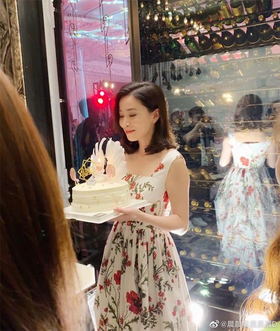 Tại sự kiện, Xa Thi Mạn được fan tặng bánh kem mừng sinh nhật sớm. Nữ diễn viên sẽ đón tuổi 44 vào 28/5 tới. Xa Thi Mạn là diễn viên nổi tiếng Hong Kong, được khán giả mến mộ với Đường về hạnh phúc, Hồ sơ trinh sát, Diên Hy công lược...