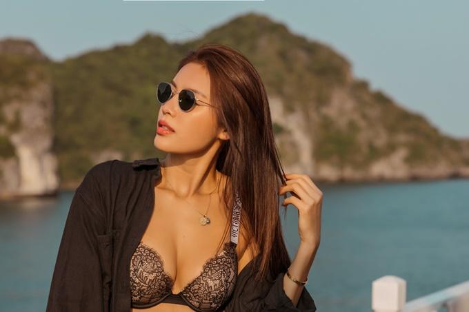 Minh Tú thực hiện bộ ảnh nhân dịp tham dự show Fashion Voyage 2 của đạo diễn Long Kan tại vịnh Hạ Long