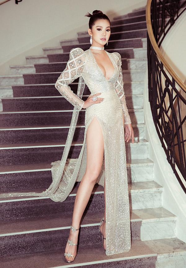 Jolie Nguyễn cũng chuộng váy may bằng chất liệu xuyên thấu nhưng cẩn thận đặt maythêm lớp lót ở các vị trí nhạy cảm để tránh gặp sự cố hớ hênh tại sự kiện điện ảnh lớn nhất hành tinh.