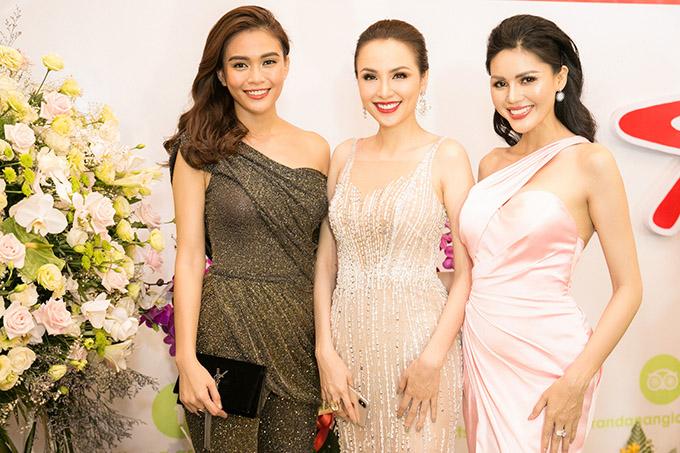 Á hậu Hoàn vũ Việt Nam Mâu Thủy (ngoài cùng bên trái) và Á hậu Biển xanh Toàn cầu Kim Nguyên (ngoài cùng bên phải) đọ nhan sắc với Hoa hậu Thế giới người Việt 2010.