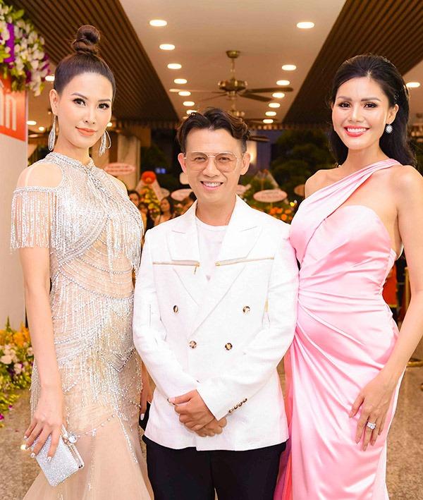 Chân dài Thanh Hoài gợi cảm với thiết kế đính hạt cầu kỳ. Cô chụp ảnh cùng đạo diễn Tạ Nguyên Phúc và Á hậu Kim Nguyên.