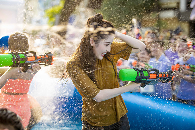 Huyền My ướt như chuột lột vì bị nhiều người bắn phải. Cô cũng ra sức dùng súng nước để tấn công lại những người xung quanh.