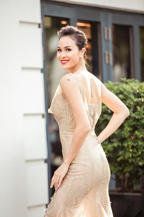 Sau khi được mẹ chỉnh trang váy áo, Phương Mai tự tin khoe dáng trước ống kính. Cô mặc bộ đầm bó sát đính kim tuyến của nhà thiết kế Hà Duy.