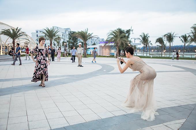 Sự kiện diễn ra buổi tối nhưng Phương Mai và mẹ có mặt từ chiều để chuẩn bị. Trong lúc chờ đến giờ lên dẫn, Phương Mai đang mặc váy dạ hội bó sát cũng không ngại cúi thấp người để chụp ảnh kỷ niệm cho mẹ.