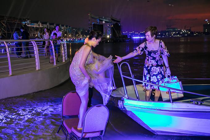 Gần đến giờ diễn ra sự kiện, Phương Mai được cano đưa ra khu vực sân khấu. Thấy con gái lúng túng di chuyển với chiếc váy dài thướt tha, mẹ dang tay ra đỡ cô lên thuyền.
