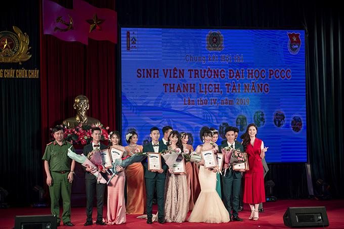 Phí Thuỳ Linh được khán giả biết đến từ khi giành giải phụ của cuộc thi Hoa hậu Việt Nam 2010. Sau đó, cô không lấn sân showbiz mà tập trung cho việc học và kết hôn. Cô hiện có tổ ấm hạnh phúc bên ông xã doanh nhân và hai con trai.