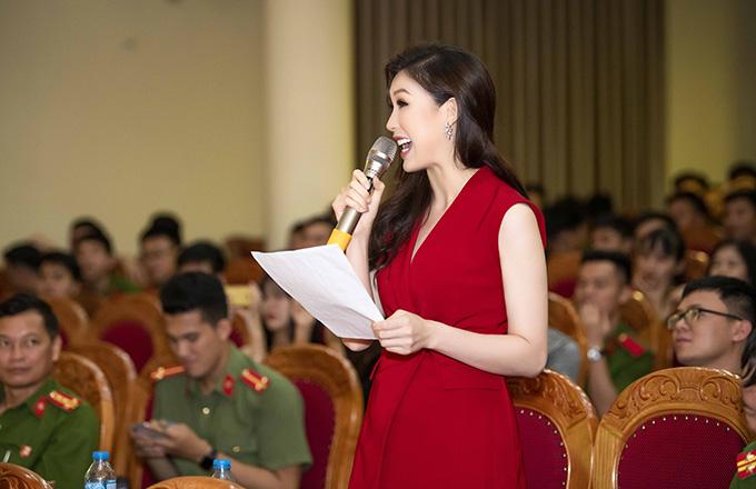 Không chỉ đắt show làm giám khảo, Phí Thuỳ Linh còn xuất hiện tại một số sự kiện với vai trò người mẫu. Những trải nghiệm từ khi đăng quang Hoa khôi Áo dài 2018 khiến cuộc sống của người đẹp trở nên bận rộn hơn nhưng cũng thêm phần thú vị. Cô cảm thấy hạnh phúc vì có ông xã hiểu và ủng hộ cho công việc của mình.