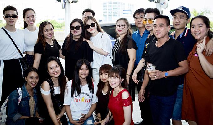 Hương Tràm chụp ảnh kỷ niệm cùng mọi người ở sân bay.
