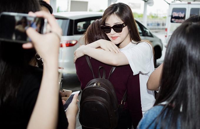 Nữ ca sĩ ôm tạm biệt từng bạn trẻ ở sân bay.