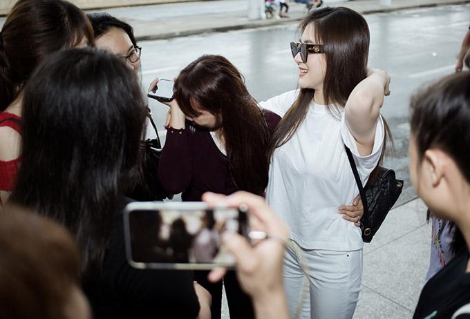 Hương Tràm bối rối khi các fan nghẹn ngào gạt nước mắt trước giờ chia tay cô.