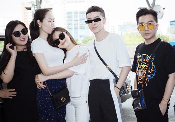 Nhà thiết kế Kim Khanh (thứ hai từ trái qua), stylist Kelbin Lei (thứ hai từ phải qua) và những người bạn thân nhất chúc Hương Tràm gặp nhiều may mắn, có những trải nghiệm thú vị ở xứ cờ hoa.