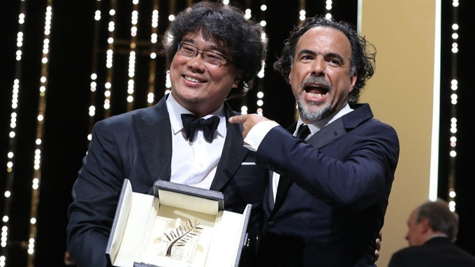 Đạo diễn Bong Joon Ho (trái) nhận giải Cành Cọ Vàng.