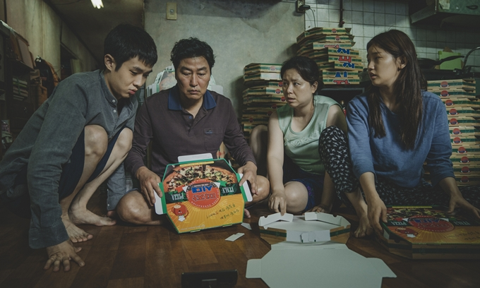 Một cảnh của gia đình Ki Woo - Da Hye trong phim.