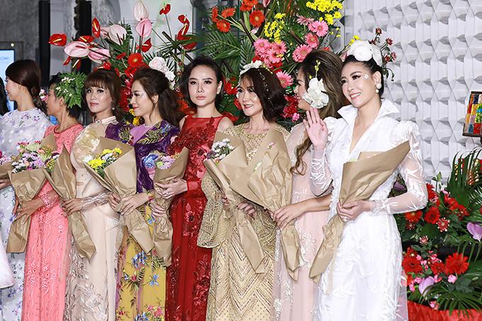 Tối 26/5, Hà Kiều Anh có dịp hội ngộ dàn hoa hậu, người đẹp, người mẫu nổi tiếng một thời của Sài Gòn trong show diễn của Văn Thành Công.