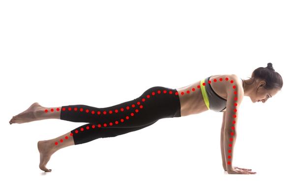 Plank đá chân Theo huấn luyện viên riêng của Gwyneth Paltrow, bài tập này giúp củng cố cơ bắp cho phần lưng sau, giữ cột sống luôn ở đúng vị trí, đảm bảo tư thế luôn đẹp.Thực hiện động tác plank với một chân nâng cao, mũi chân duỗi thẳng. Giữ trong 30 giây hoặc nhiều hơn tùy khả năng.
