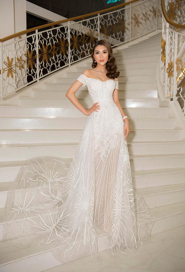 Trang phục đính kết tinh tế giúp Tường Linh thêm quyến rũ khi làm giám khảo cuộc thi Nữ sinh duyên dáng Phú Yên 2019.