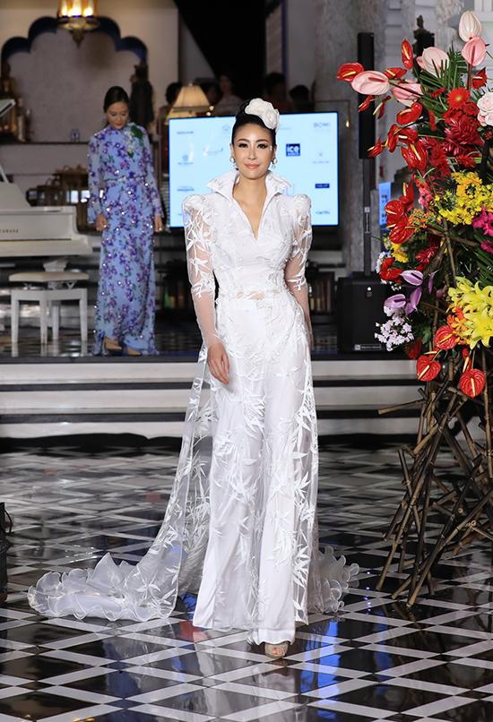 Hà Kiều Anh đảm nhận vai trò vedette cho phần giới thiệu bộ sưu tập áo dài hoa.