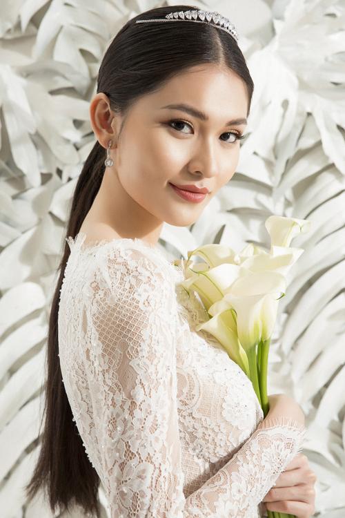 Trong tạo hình của một nàng dâu, chuyên gia trang điểm Vĩnh Thụy đã chọn cho Thùy Dung tông makeup cổ điển, giúp tăng sự tự tin, phù hợp với cô dâu mùa hạ.