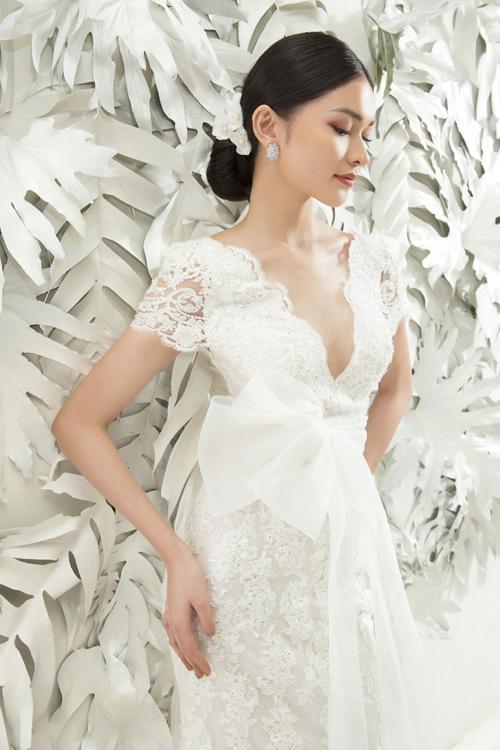 Trong bộ ảnh, Thùy Dung còn thử những mẫu váy cưới nữ tính. Thiết kế váy cổ chữ V làm từ chất liệu ren Pháp giúp tạo nên vẻ ngoài quyến rũ cho cô dâu trong ngày cưới.