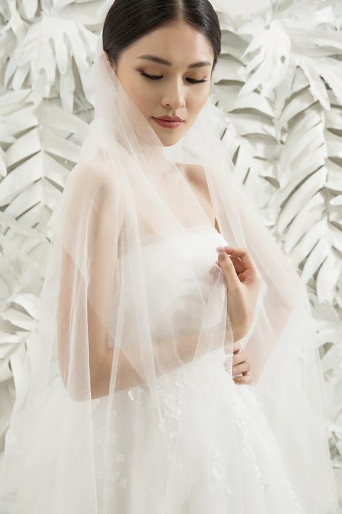 Bộ ảnh được thực hiện với sự hỗ trợ của nhiếp ảnh: Lê Thiện Viễn, trang phục & trang điểm: Thụy Bridal, người mẫu: Á hậu Thùy Dung