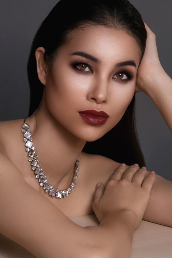 Phạm Hương đang theo đuổi công việc người mẫu chuyên nghiệp tại Mỹ. Cô vừa thực hiện bộ ảnh thời trang mới theo phong cách gợi cảm.