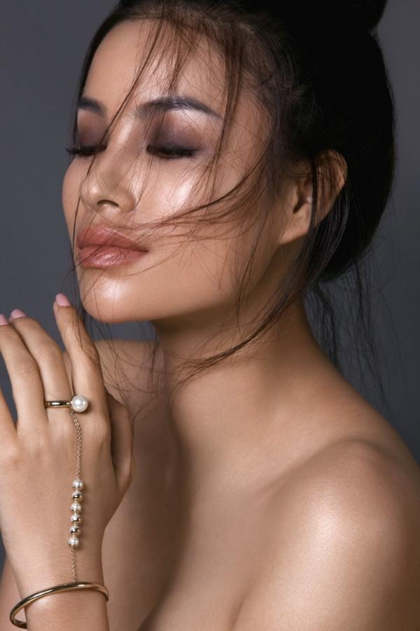 Người đẹp khoe vai trần, lấp ló khuôn ngực đầy dưới ống kính của nhiếp ảnh gia Linda Pollacchi.