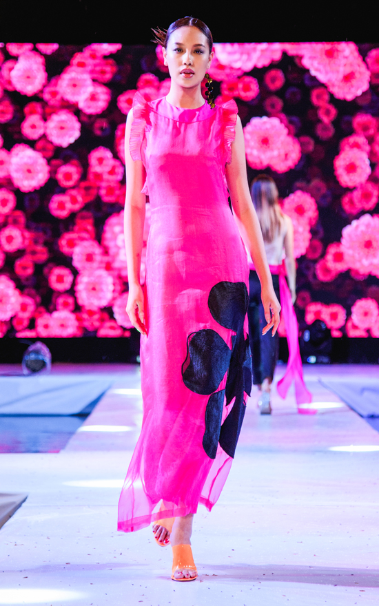 Bộ sưu tập 'Phượng' của NTK Hà Linh Thư gồm 31 mẫu thiết kế tươi trẻ, đầy màu sắc.