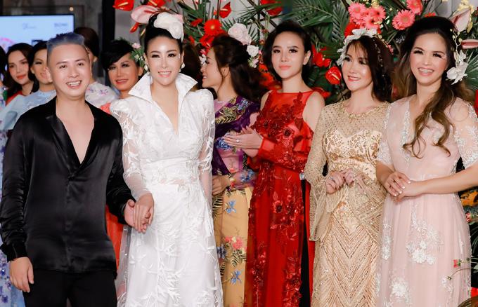 Hoa hậu Hà Kiều Anh (váy trắng), người đẹp Dương Yến Ngọc (váy đỏ) và nhiều bạn bè đến chung vui với Văn Thành Công.