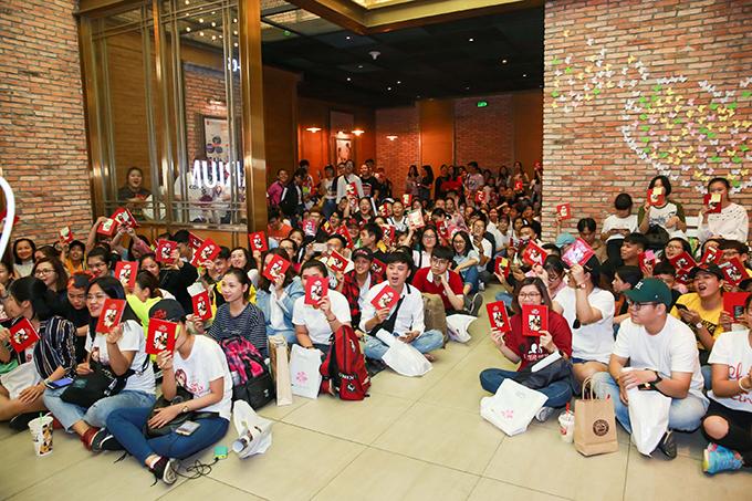 Sự kiện thu hút 1500 fan đến mua đĩa và xin chữ ký. Mặc dù 13h buổi ký tặng mới bắt đầu, nhiều khán giả đã túc trực tại rạp phim từ sớm, thậm chí có những người đến từ 9h sáng.