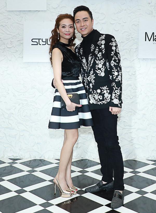 Ca sĩ Nhật Tinh Anh mặc ton-sur-ton với bạn gái lâu năm tên Xuân Quỳnh.