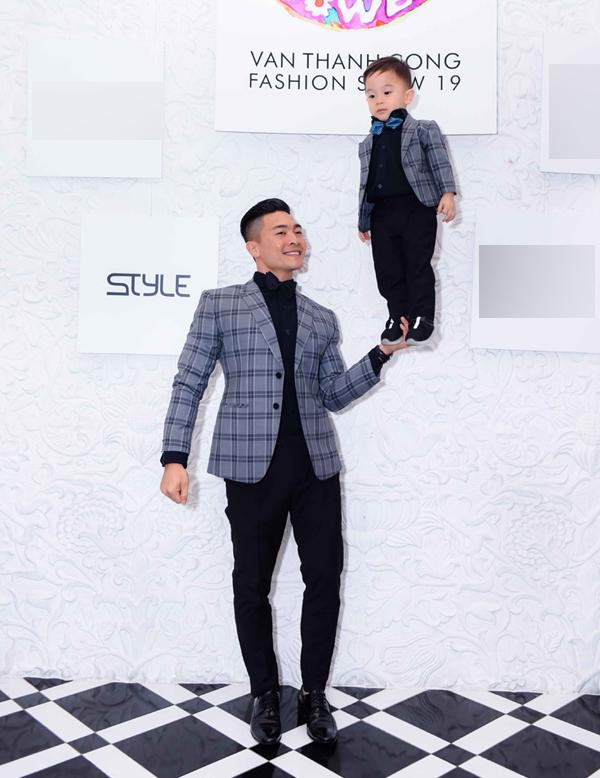 Nghệ sĩ xiếc Quốc Cơ ngẫu hứng biểu diễn cùng con trai tại sự kiện tối 26/5.