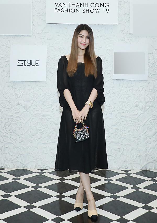 MC Thu Hằng khoe vẻ đẹp mong manh trong trang phục, phụ kiện gam đen.