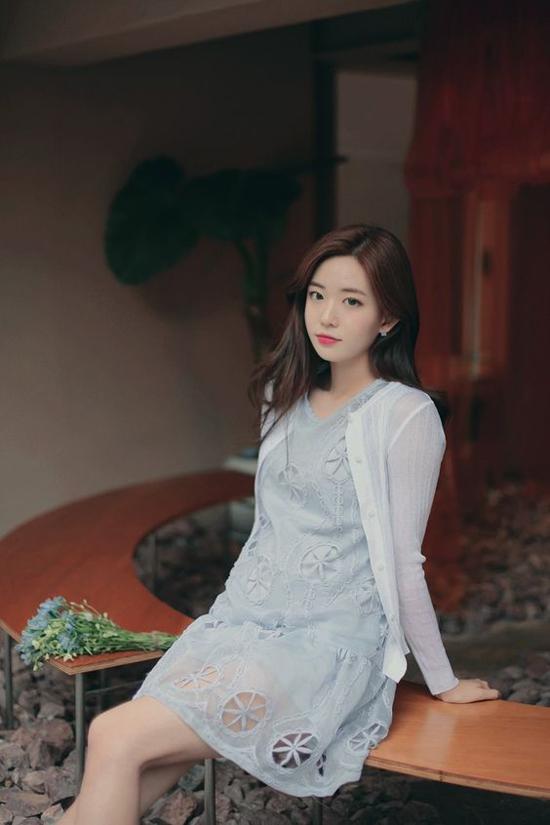 Từ mẫu váy ngắn, sát nách kiểu dáng gợi cảm, bạn gái có thể biến nó thành món đồ hợp với môi trường công sở bằng việc mix thêm các kiểu áo khoác mỏng, áo sơ mi lụa mềm...